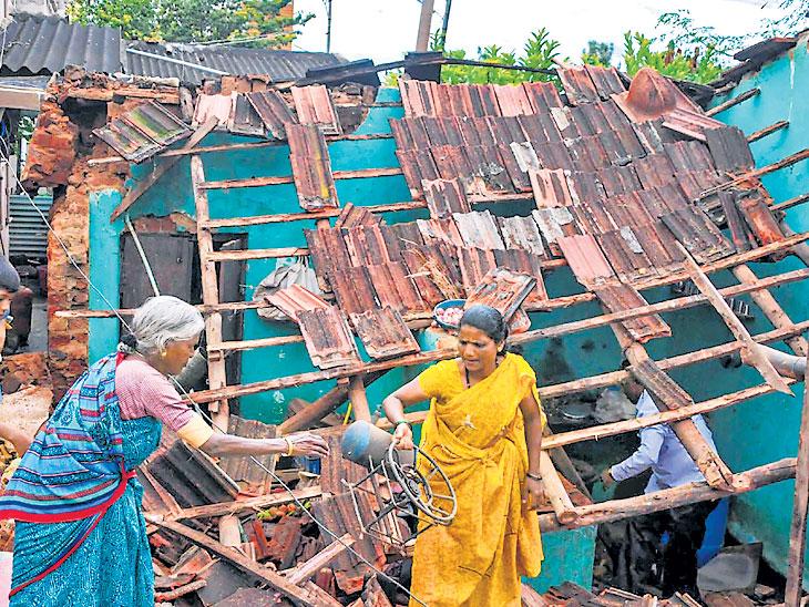 चिकमंगळूर पावसामुळे घराची पडझड झाल्यानंतर तेथून उरलेसुरले साहित्य घेऊन जाताना एक कुटुंबीय. - Divya Marathi