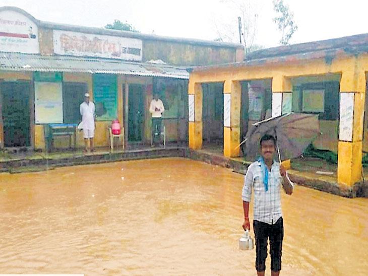 भुयार चिंचोली येथील मतदान केंद्र असलेल्या शाळा परिसरात असे पाणी साचले होते. - Divya Marathi