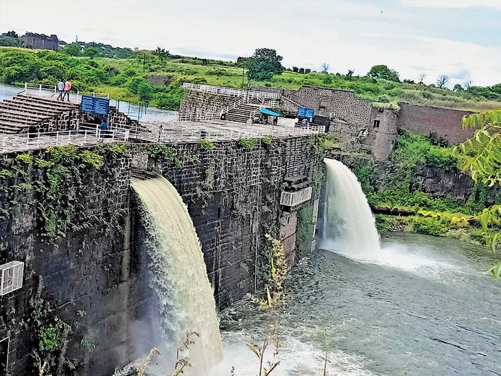 तुळजापूर तालुक्यात झालेल्या दमदार पावसाने नळदुर्गच्या किल्ल्यातील नर-मादी धबधबा सुरू झाला आहे. - Divya Marathi