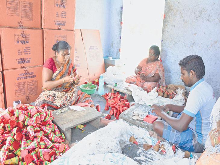 शिवकाशीतील फटाका उद्योगात आठ लाख लोकांना रोजगार मिळतो. छायाचित्र: आर. महेश कुमार - Divya Marathi