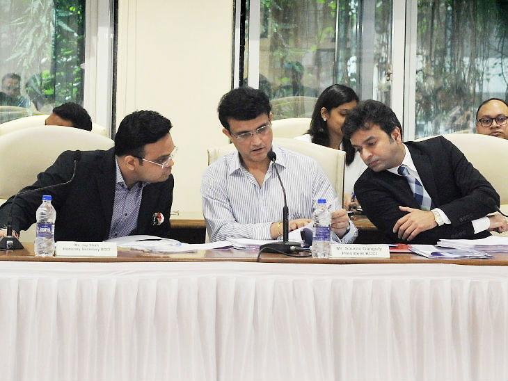 बीसीसीआय वार्षिक सर्वसाधारण सभेमध्ये (एजीएम) सौरव गांगुली (मध्यभागी) - Divya Marathi