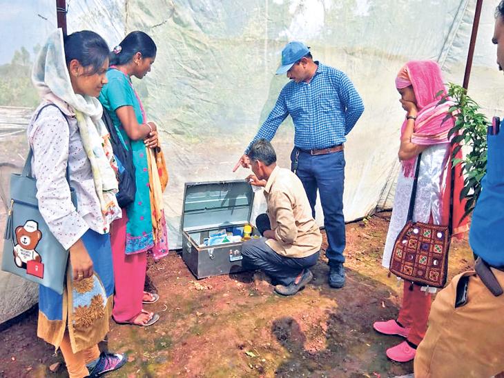 जाफराबाद तालुक्यातील शिराळा येथील शेतकऱ्यांना सुरक्षा पेटी व उपचार किटचे प्रात्यक्षिक दाखविताना समन्वयक. - Divya Marathi
