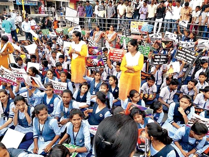 डॉक्टर तरुणीच्या बलात्कार, खूनप्रकरणी लातूरमध्ये निषेध मोर्चा काढण्यात आला. - Divya Marathi