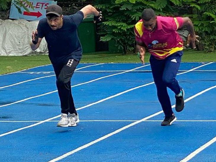 जगातील सर्वात वेगवान धावपटू आणि द बीस्ट या नावाने प्रसिद्ध योहान ब्लेक असलेला भारतात आहे. यादरम्यान तो अनेक सेलेब्रिटीजना भेटत आहे.  योहानने अनिल कपूर यांची भेट घेतली आणि याचवेळी तो रेसमध्ये धावतानाही दिसला. - Divya Marathi