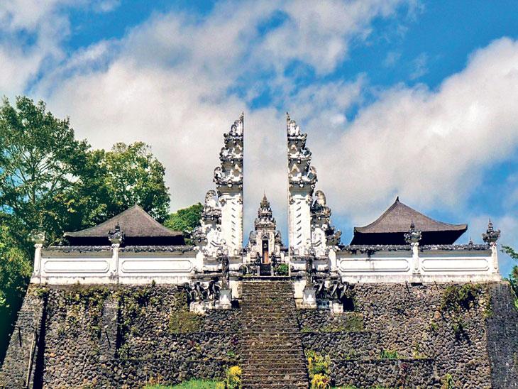 """इंडोनेशियाच्या बाली बेटावर असलेल्या लेम्प्युयांग मंदिराचा दरवाजा """"स्वर्गाचा दरवाजा'म्हणून जगविख्यात आहे. - Divya Marathi"""