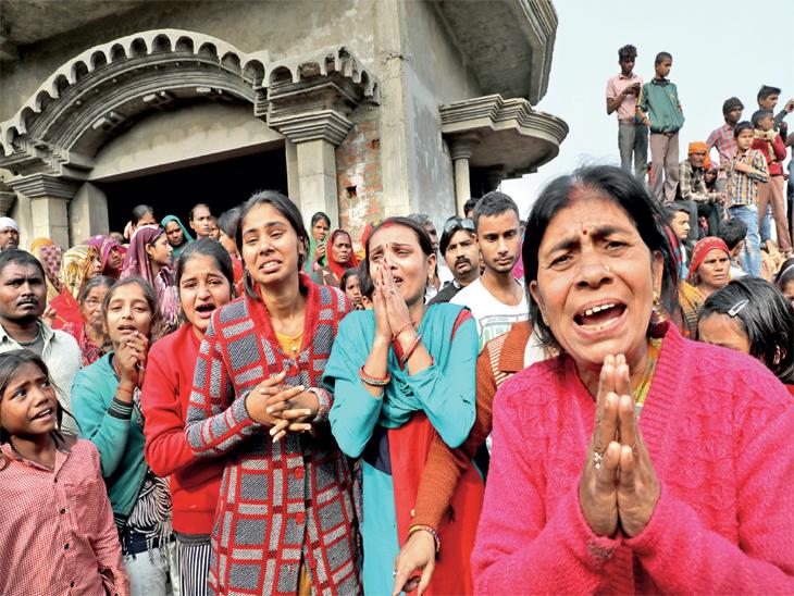 छायाचित्र उन्नाव शहरातील आहे. महिला व मुलींनी अत्याचार पीडितेला न्याय मिळावा अशी सरकार व पाेलिसांकडे मागणी केली आहे. - Divya Marathi