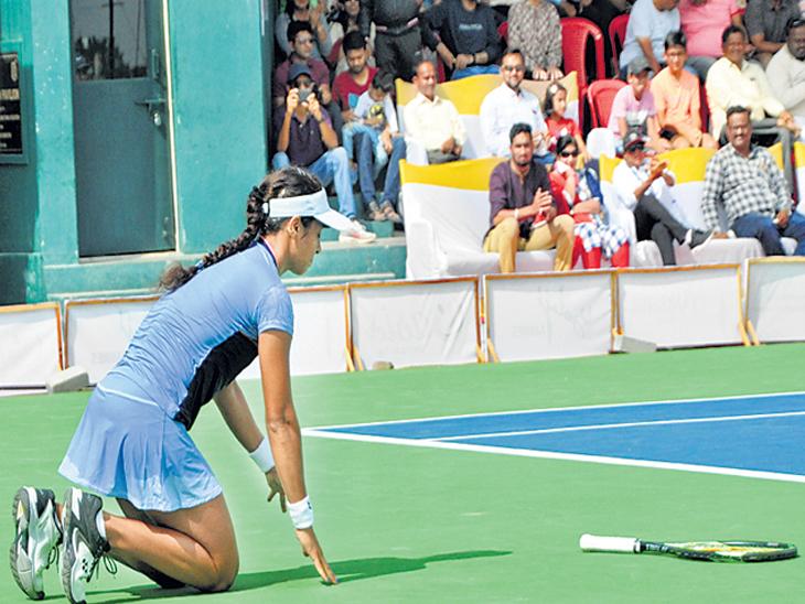विजयानंतर कोर्टला नमन करताना अंकिता रैना - Divya Marathi