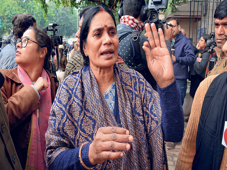 निर्भयाच्या आईने पतियाळा हाऊस कोर्टाबाहेर माध्यमांच्या प्रतिनिधींशी संवाद साधला. - Divya Marathi