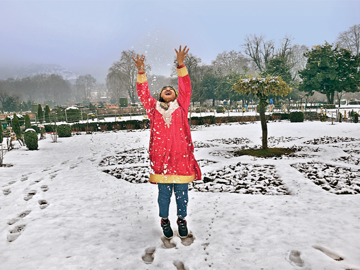 श्रीनगरमध्ये बर्फवृष्टीचा आनंद लुटताना पर्यटक - Divya Marathi