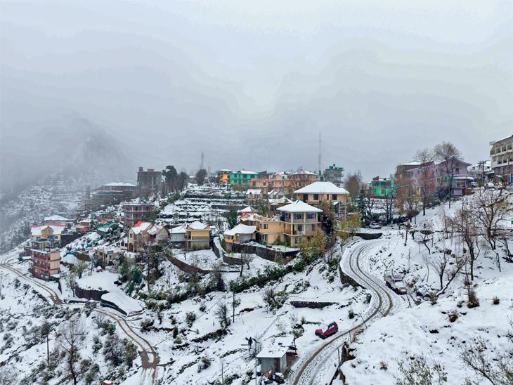 छायाचित्र हिमाचल प्रदेशातील धर्मशालाचे आहे. येथे या हंगामातील पहिली बर्फवृष्टी झाली. - Divya Marathi