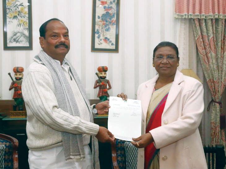 मुख्यमंत्री रघुबर दास यांनी राज्यपाल द्रौपदी मुर्मू यांच्याकडे सुपूर्द केला राजीनामा - Divya Marathi