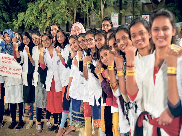 नाशकात निघालेल्या नाइट वॉकमध्ये महाविद्यालयीन विद्यार्थिनी सहभागी झाल्या होत्या. - Divya Marathi