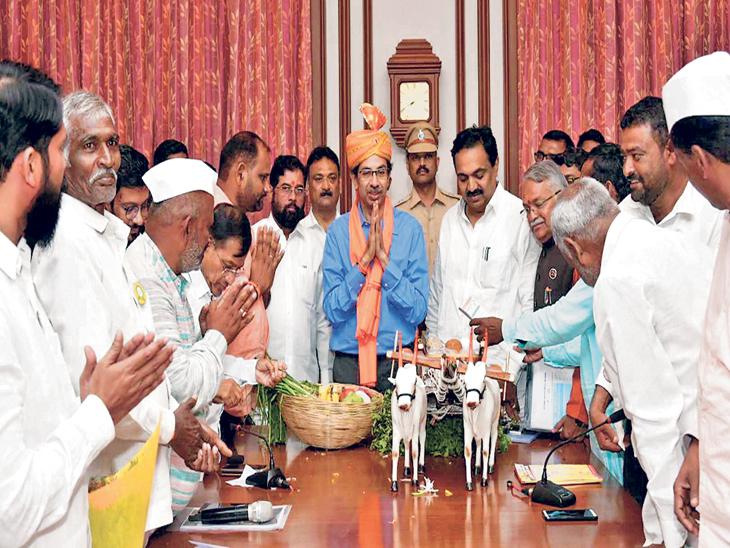 शेतकरी कर्जमाफीचा निर्णय घेतल्याबद्दल किसान क्रांती, राष्ट्रीय किसान महासंघ तसेच अन्य संघटनांच्या पदाधिकाऱ्यांनी मंगळवारी मुख्यमंत्री उद्धव ठाकरे यांचा सत्कार करून अाभार मानले. - Divya Marathi
