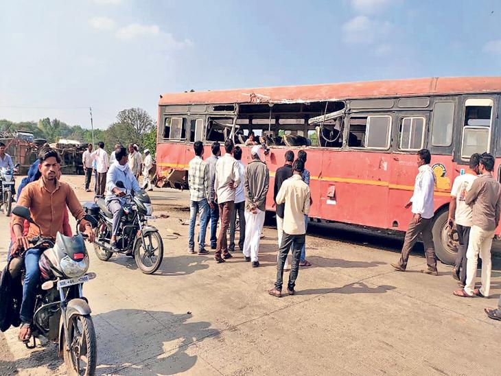 कोंबड्यांची वाहतूक करणारे वाहन बसवर धडकल्यानंतर पिंजऱ्याच्या अँगलमुळे बस अशी चिरली गेली. - Divya Marathi