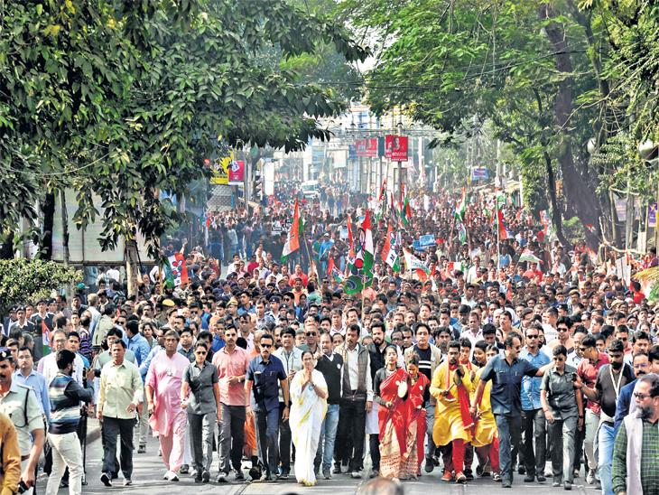 विरोधात मोर्चा : ममतांचा सलग सातव्या दिवशी कोलकाता येथे नागरिकत्व कायद्याच्या विरोधात मोर्चा, 'एनसीआरची पहिली पायरी एनपीआर' - Divya Marathi
