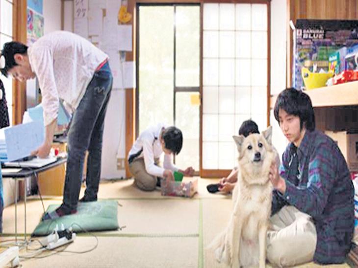 टोकियोतील एका मुक्त शाळेत पाळीव कुत्र्यासोबत विद्यार्थी. - Divya Marathi