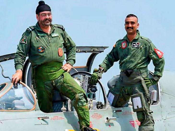 विंग कमांडर अभिनंदन वर्धमानसोबत माजी हवाईदल प्रमुख बी.एस. धनोओ (फाइल फोटो) - Divya Marathi