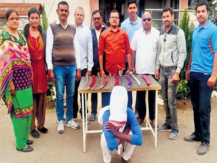 कळमनुरी येथील इंदिरानगर झोपडपट्टी भागातील एका घरातून जप्त केलेल्या तलवारी. - Divya Marathi