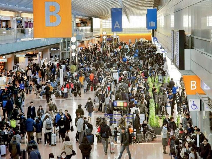 छायाचित्र जपानच्या टाेकियाे विमानतळाचे आहे. शनिवारी येथून 42,300 लाेकांनी हवाई प्रवास केला. - Divya Marathi