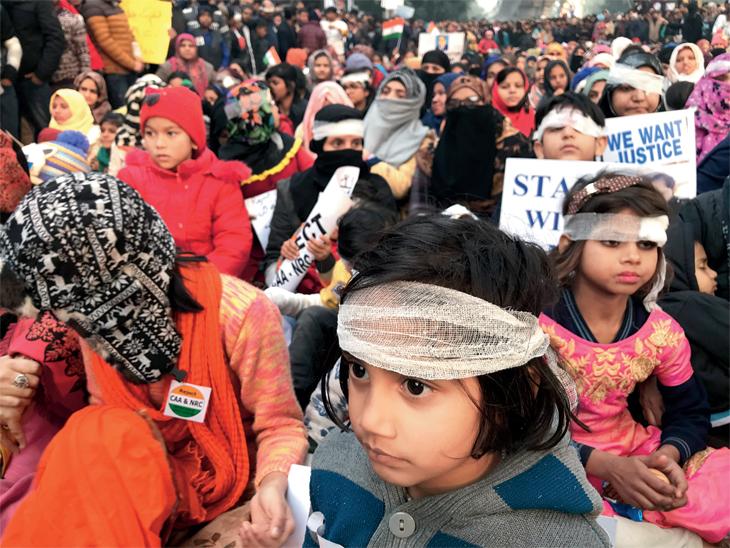 सीएएच्या विराेधात दिल्लीत मुलीही रस्त्यावर : छायाचित्र जामिया मिलिया विद्यापीठातील आहे. येथे रविवारी लहान मुलींनी डाेळ्यांवर पट्टी बांधून दिल्ली पाेलिसांच्या विराेधात निदर्शने केली. - Divya Marathi