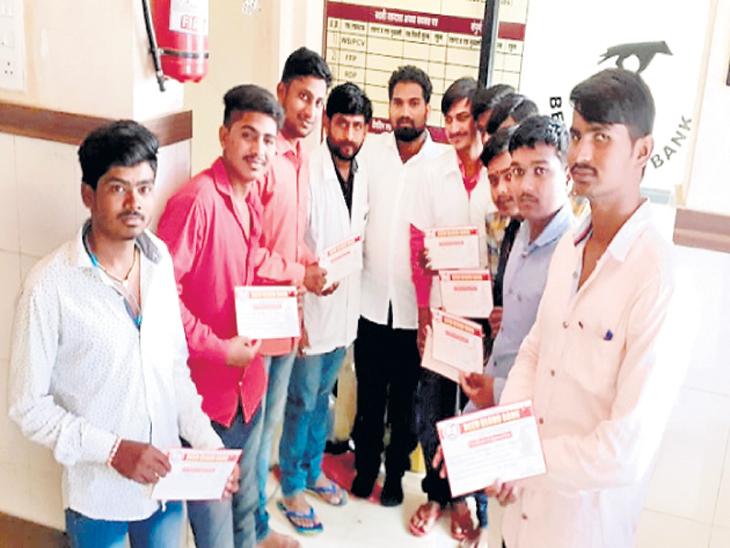 शिवशंभू चॅरिटेबल ट्रस्टच्या सदस्यांनी 25 डिसेंबर रोजी कुंबेफळ येथील युवतीसाठी रक्तदान केले. - Divya Marathi