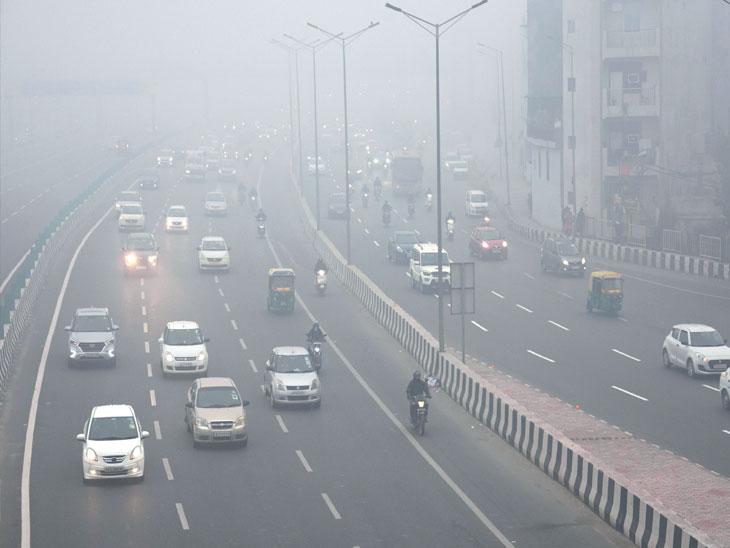 दिल्लीत दाट धुके होते. यामुळे दृश्यमानता २५ मीटर, तर काही ठिकाणी शून्य झाली. यामुळे दिवसाही वाहनांचे दिवे सुरू होते. - Divya Marathi