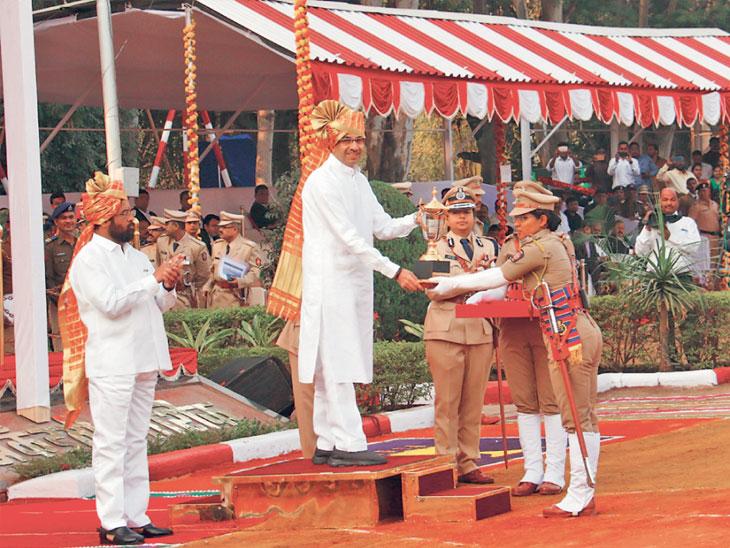 महिला प्रशिक्षणार्थी विजया प्रकाश यांचा गौरव करताना मुख्यमंत्री - Divya Marathi