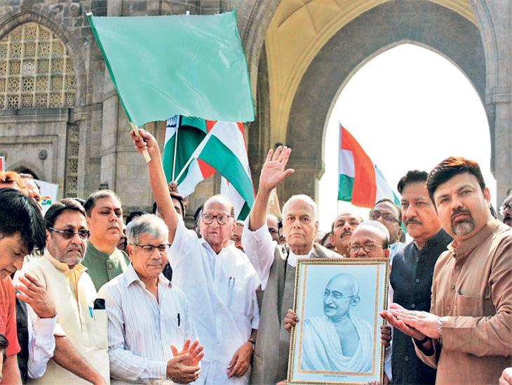 शरद पवारांच्या हस्ते हिरवी झेंडी दाखवून यात्रेची सुरुवात करण्यात आली. - Divya Marathi