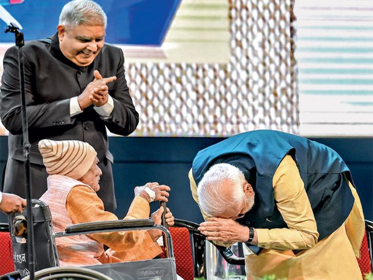कोलकाता पोर्टच्या कार्यक्रमात मोदींनी १०२ व १०५ वर्षीय माजी कर्मचाऱ्यांचा गौरव केला. - Divya Marathi