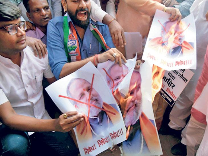 मुंबईत सोमवारी लेखक गोयलविरोधात निदर्शने करताना काँग्रेस कार्यकर्ते. - Divya Marathi