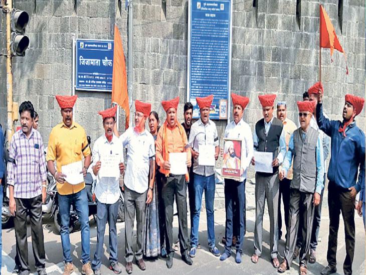 संभाजी ब्रिगेडने पुण्यातील लाल महालाजवळ मावळ्यांच्या पगड्या धारण करून पुस्तकाविरोधात साेमवारी निदर्शने केली. - Divya Marathi