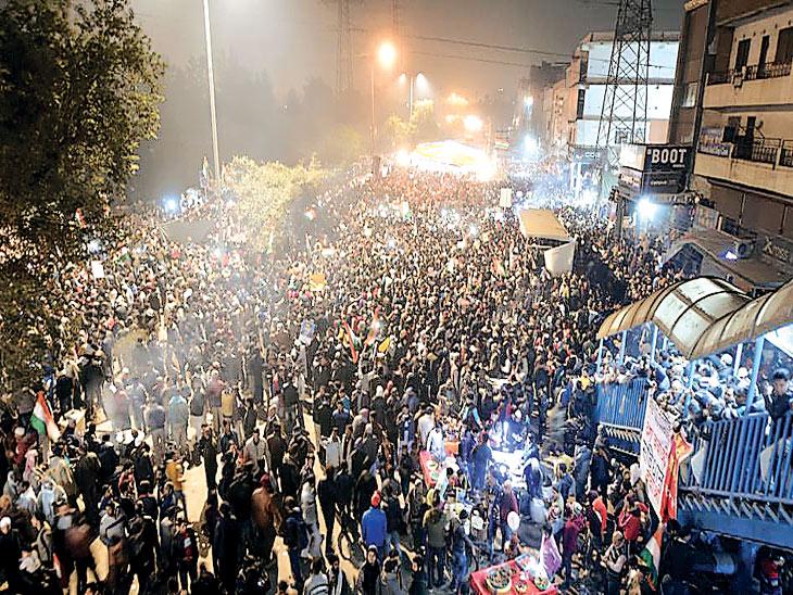 दिल्लीतील शाहीन बागमध्ये निर्दशक रात्रीही ठाण मांडून असतात. - Divya Marathi