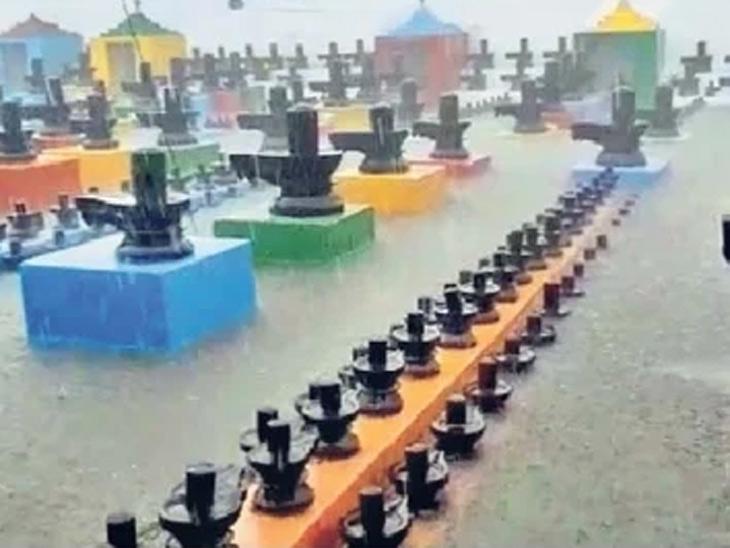 छायाचित्र कर्नाटकच्या लिंगेश्वर मंदिराचे आहे, येथे तीन दिवसांपासून पाऊस सुरू आहे. - Divya Marathi
