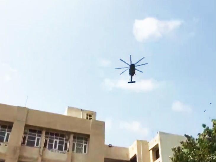 रविवारी सकाळी पंचकुला येथील शासकीय रुग्णालयात हवाई दलाने फुलांचा वर्षाव केला.