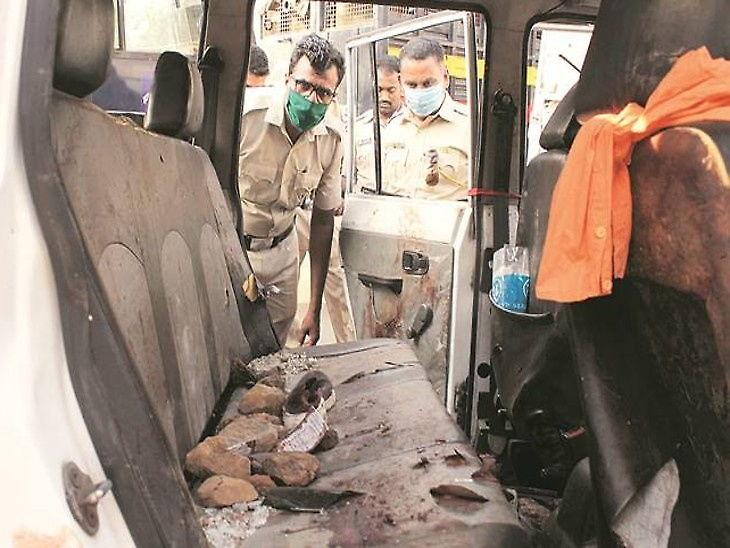 पालघर हिंसाचाराच्या घटनास्थळी पोहोचलेल्या पोलिस पथकावर दगडफेकही करण्यात आली होती. या प्रकरणात सध्या 115 लोकांना अटक करण्यात आली आहे. - Divya Marathi
