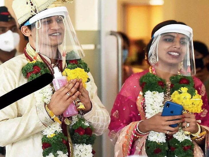 वधू-वराने लग्नात लॉकडाउनची काळजी घेतली. येथे दोन्ही हातात सॅनिटायझर दिसले.