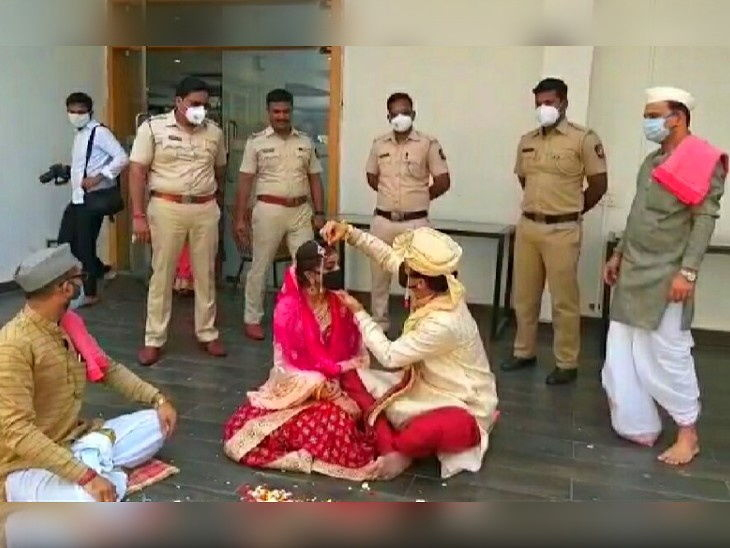पुण्याच्या अमोनोरा क्लब येथे पोलिसांनी लग्नाची सर्व तयारी केली होती. या दरम्यान, वऱ्हाडी पोलिसच होते. - Divya Marathi