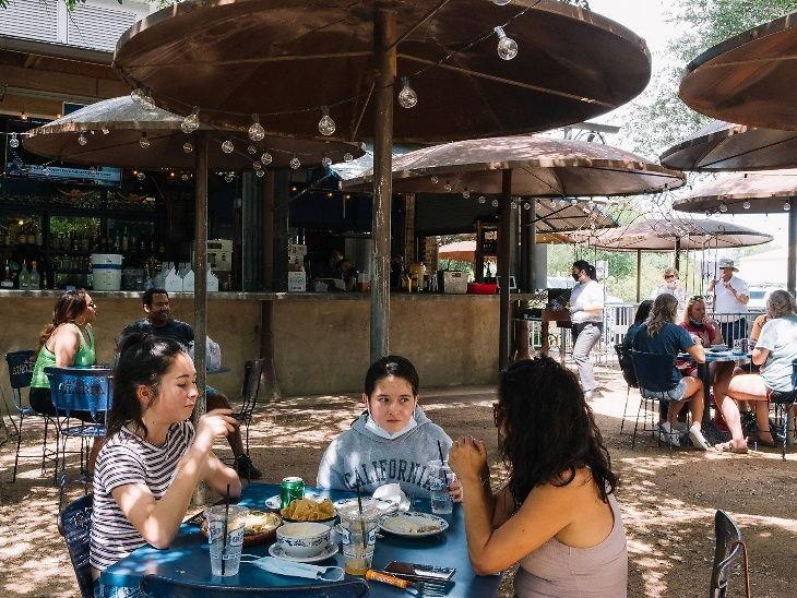 सेंट अँटोनियोमध्ये स्थित सेलेबेट शेफ जॉनी हर्नांडेझच्या फ्लॅगशिप रेस्टॉरंट ला ग्लोरिया पर्लला केवळ 28 ग्राहकांना आत बसण्याची परवानगी आहे.