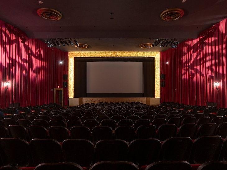 शटडाउन दरम्यान नॅशविले येथील बुलकोर्ट थिएटरमध्ये नवीन चित्रपटांचे प्रदर्शन, चित्रपट सेमिनार आणि इतर कार्यक्रम ऑनलाइन केले जात आहेत.