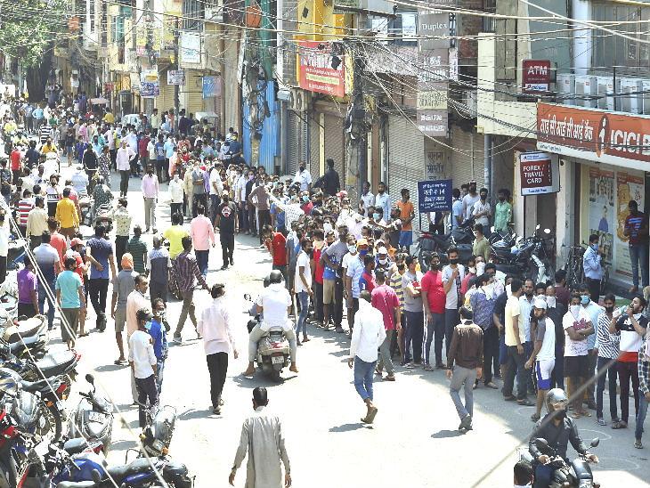 दिल्लीत दारुवर 70 टक्के अतिरिक्त कर लादण्यात आले, तरीही वाइन शॉपवर मंगळवारी अशी गर्दी आणि रांगा पाहायला मिळाल्या. - Divya Marathi