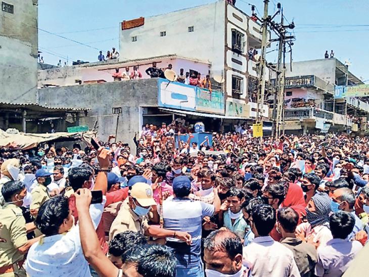 घरी परत पाठवून देण्याची मागणी लावून धरत सुरतमध्ये मोठ्या संख्येने परप्रांतीय मजुरांचा जमाव रस्त्यावर उतरला होता. - Divya Marathi