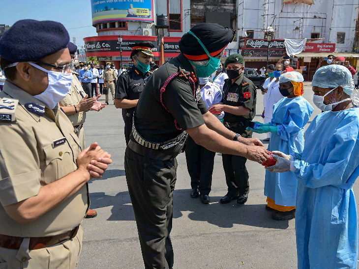 प्रयागराजमधील जनरल ऑफिसर कमांडिंग इंदर मोहन लांबा यांनी मंगळवारी अशा पद्धतीने कोरोना वॉरियर्सचा गौरव केला. - Divya Marathi