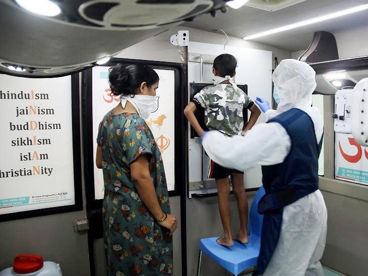 मुंबईत कोरोना तपासणीसाठी मोबाइल बस तयार करण्यात आली आहे. या बसला वेगवेगळ्या ठिकाणी नेऊन संक्रमणांची तपासणी केली जात आहे. - Divya Marathi