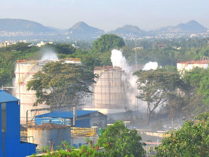 हा फोटो गॅस गळतीनंतरचा आहे. वेंकटापुरममधील एलजी पॉलिमर कंपनीची स्थापना 1961 मध्ये झाली होती. - Divya Marathi