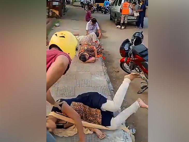 गॅस गळतीमुळे लोक अशाप्रकारे रस्त्यावर पडले होते.