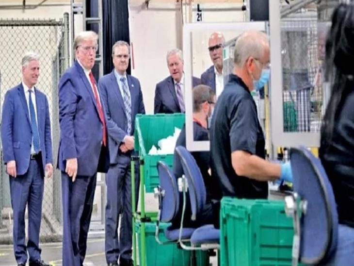 राष्ट्राध्यक्ष ट्रम्प यांनी अॅरिझोना प्रांताच्या एका मास्क कारखान्याला भेट दिली. तेथील कामकाजाचे स्वरूप पाहिले. परंतु ट्रम्प व सोबतच्या सहकाऱ्यांनी मास्क परिधान केलेला नव्हता. - Divya Marathi