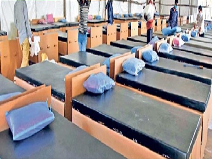 मुंबईतील धारावी येथे एका रुग्णालयात बुधवारी बेड्स तयार करताना कारागीर. - Divya Marathi