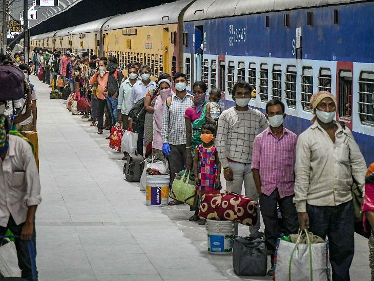 हा फोटो भोपाळ रेल्वे स्टेशनचा आहे. बुधवारी तेलंगणा येथून प्रवासी कामगार येथे दाखल झाले. - Divya Marathi