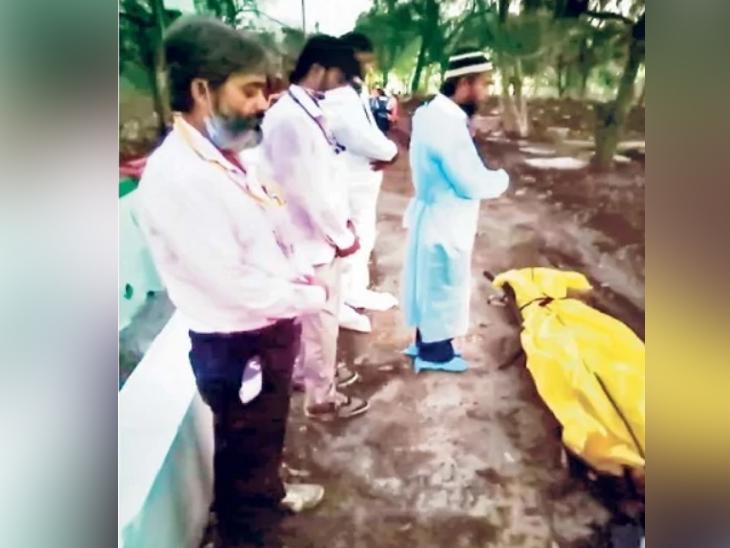 दफनविधी करताना सामाजिक कार्यकर्ते - Divya Marathi