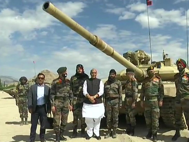 संरक्षणमंत्री राजनाथ सिंह, चीफ ऑफ डिफेंस स्टाफ जनरल बिपिन रावत आणि आर्मी चीफ जनरल मनोज मुकुंद नरवणे हे लेहच्या पुढच्या चौकीवर भारतीय सैन्य तोफ पथकासह